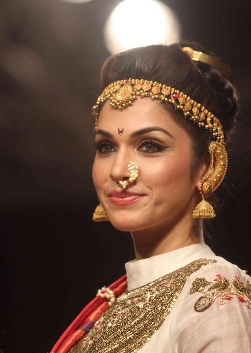 isha koppikar in kolhapuri saj Marathi jewellery